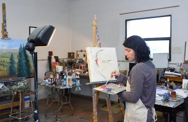 Pittura della donna in uno studio di pittura Foto Premium