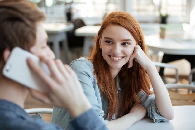 Piuttosto giovane woan guardando il suo uomo Foto Gratuite
