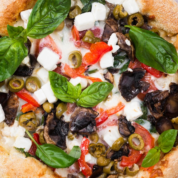 Pizza al forno del primo piano con le verdure Foto Gratuite