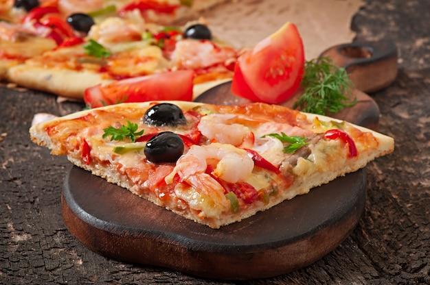 Pizza con gamberi, salmone e olive Foto Gratuite