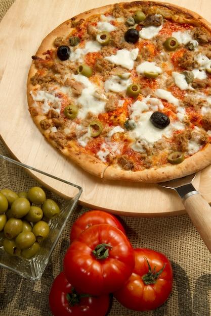 Pizza con tonno e olive Foto Premium
