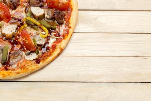 Pizza italiana deliziosa servita sulla tavola di legno Foto Premium