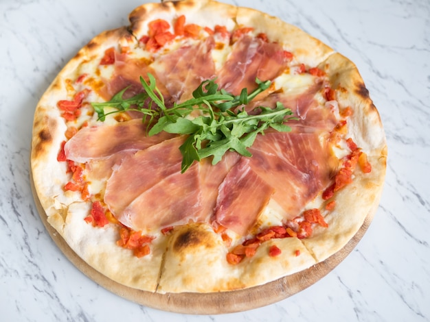 Pizza italiana tradizionale di prosciutto crudo di parma. Foto Premium