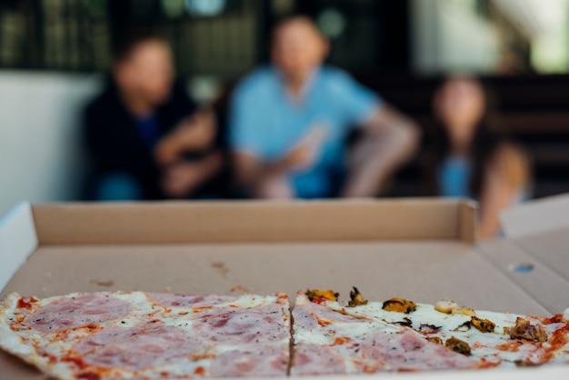 Pizza mangiata per metà su fondo vago Foto Gratuite