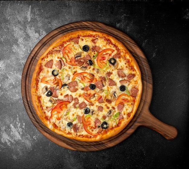 Pizza mista croccante con olive e salsiccia Foto Gratuite