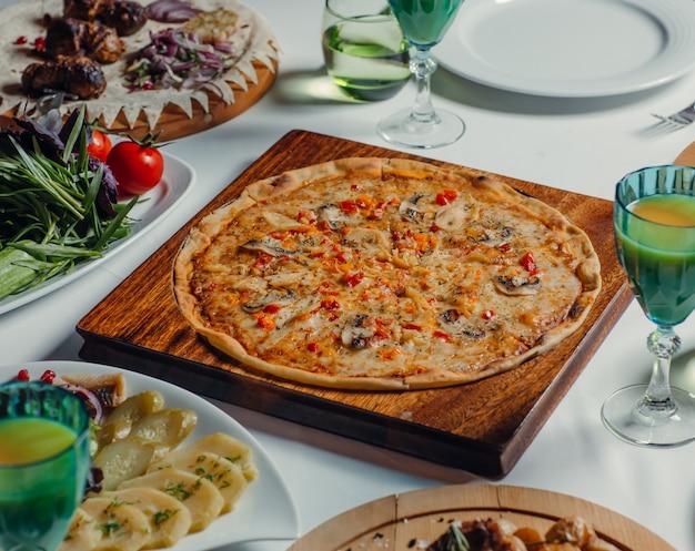 Pizza rotonda italiana sul tavolo Foto Gratuite