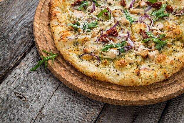 Pizza secca pomodori, prosciutto, rucola e parmigiano Foto Premium