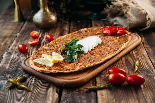 Pizza turca lahmajun con carne macinata su crosta sottile Foto Premium