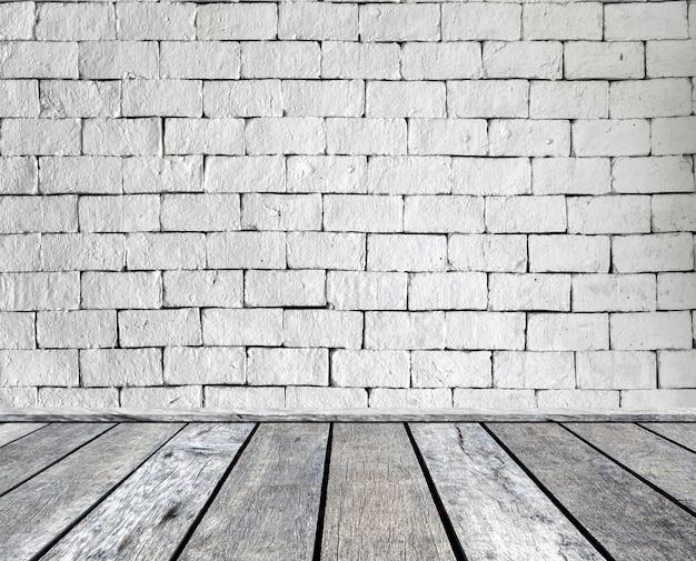 Plancia di legno grigia sul muro di mattoni Foto Premium