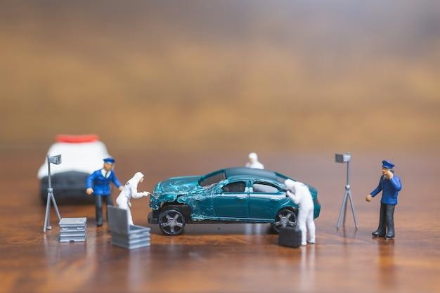 Polizia e detective in piedi davanti all'auto, concetto di indagine scena del crimine Foto Premium