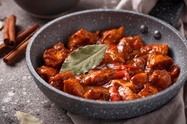 Pollo al curry tikka masala con riso Foto Premium