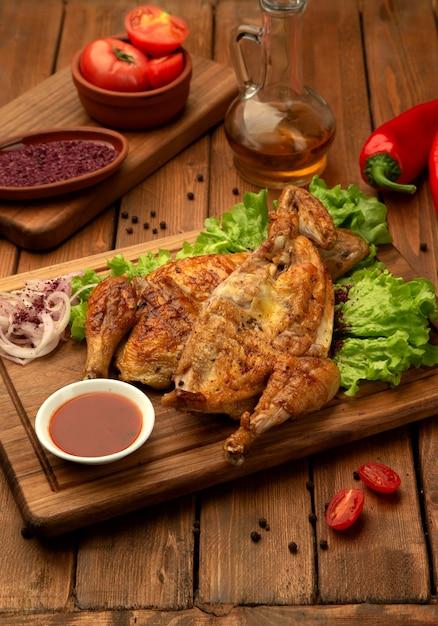 Pollo alla griglia con cipolla e ketchup Foto Gratuite