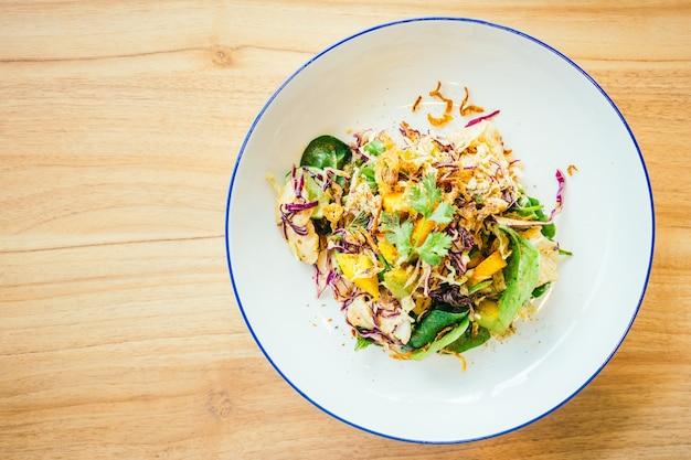 Pollo alla griglia con insalata di verdure Foto Gratuite