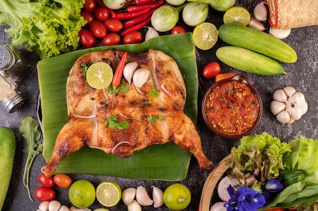 Pollo alla griglia su un piatto con riso appiccicoso. Foto Gratuite
