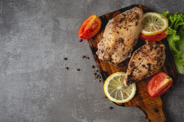 Pollo alla griglia su un tagliere. Foto Gratuite