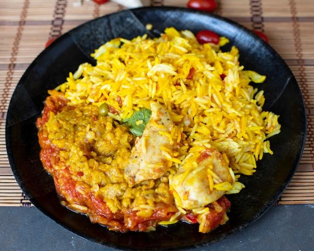 Pollo della strega del piatto di riso dell'angolo alto Foto Gratuite