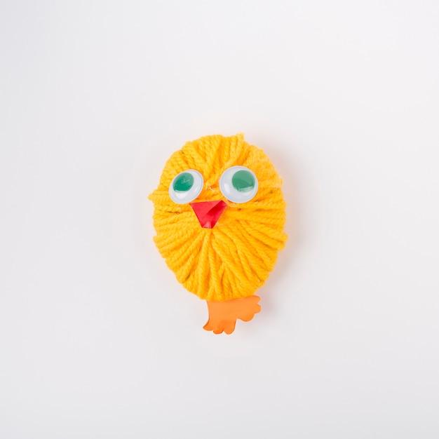 Pollo fatto di palla di filato di lana gialla Foto Gratuite
