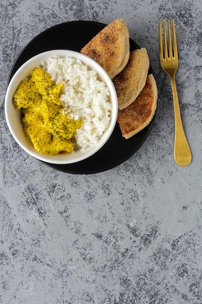 Pollo fatto in casa con curry e riso basmati Foto Premium