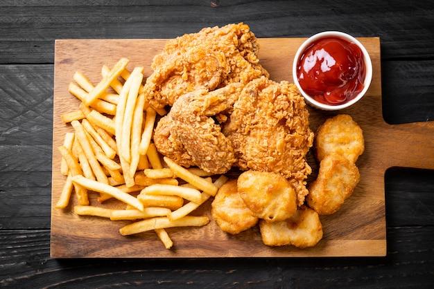 Pollo fritto con patatine fritte e farina di pepite Foto Premium