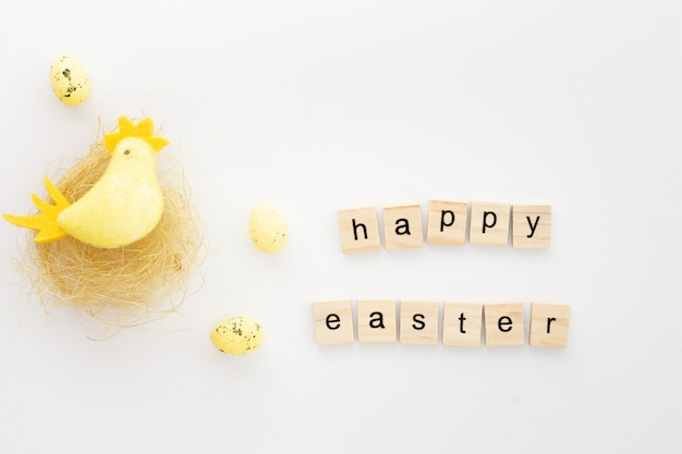 Pollo giocattolo colorato con auguri di pasqua Foto Gratuite