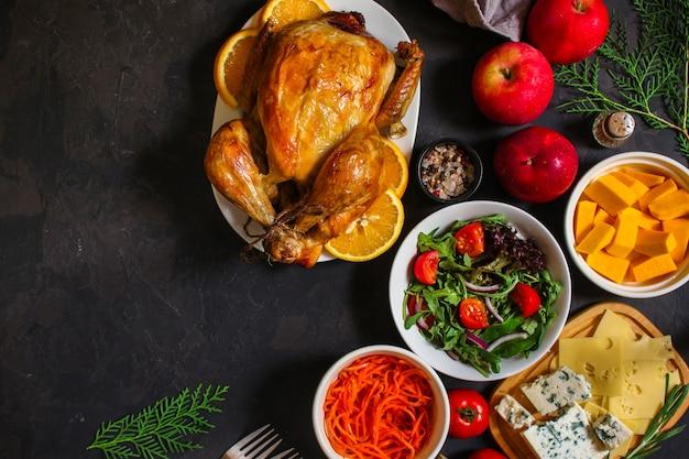 Pollo o tacchino tradizionale del giorno del ringraziamento, tavola festiva di natale che mette tabella dell'alimento, menu di molti piatti. cibo. copyspace. vista dall'alto Foto Premium