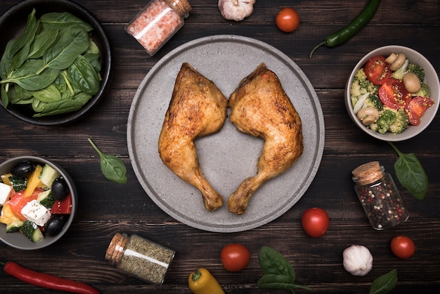 Pollo piatto disteso sul vassoio con ingredienti Foto Gratuite