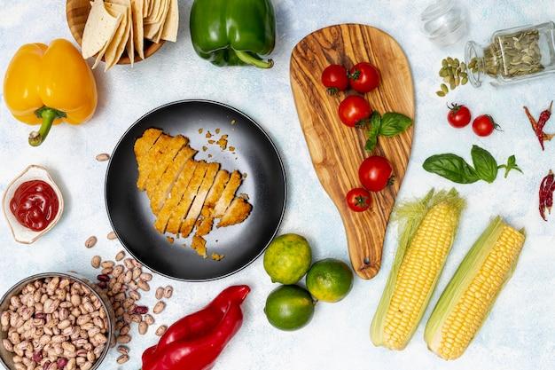 Pollo sul piatto e verdure colorate Foto Gratuite