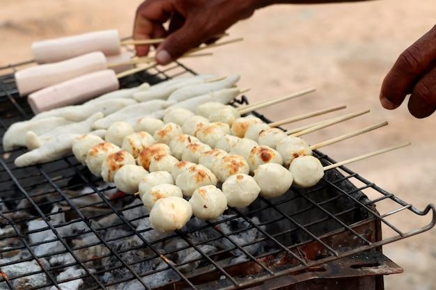 Polpette alla griglia al cibo di strada Foto Premium