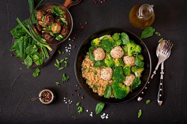 Polpette di filetto di pollo al forno con contorno di quinoa e broccoli bolliti. nutrizione appropriata. nutrizione sportiva. menu dietetico. vista dall'alto Foto Gratuite