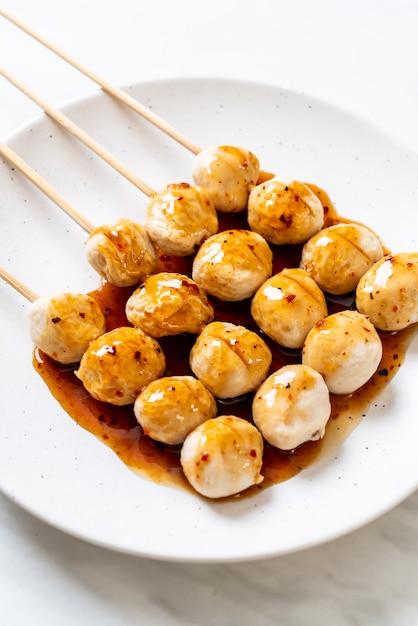 Polpette di maiale alla griglia con salsa di peperoncino dolce Foto Premium