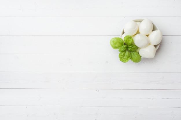 Polpette di mozzarella e basilico nel piatto, Foto Premium