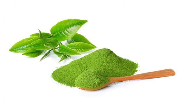 Polvere tè verde e foglia di tè verde isolato su sfondo bianco Foto Premium