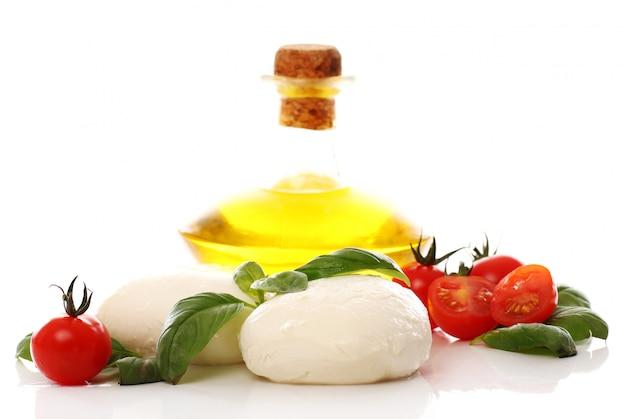 Pomodori, basilico e mozzarella Foto Gratuite