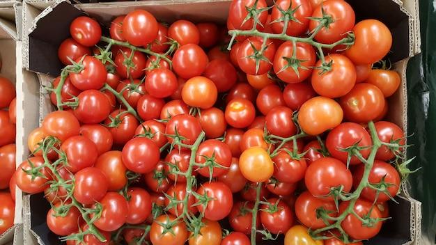 Pomodori ciliegia nella scatola in supermercato Foto Premium