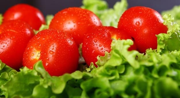 Pomodori freschi e bagnati Foto Gratuite