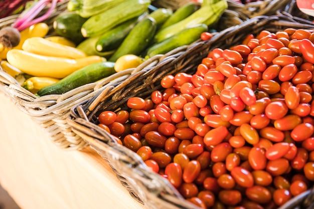 Pomodori freschi rossi e zucchine biologiche al mercato ortofrutticolo Foto Gratuite