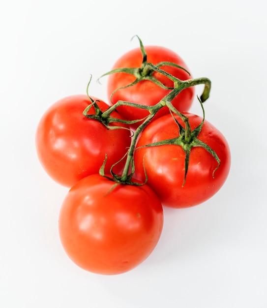 Pomodori naturali isolati su sfondo Foto Gratuite