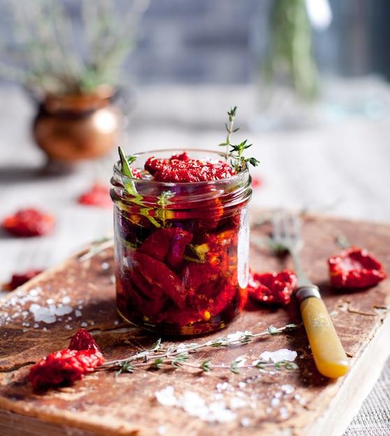 Pomodori secchi con erbe aromatiche e olio d'oliva Foto Premium