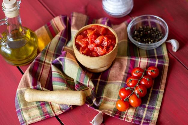 Pomodori tritati su uno sfondo rosso. cibo vegetariano. vista dall'alto. Foto Premium