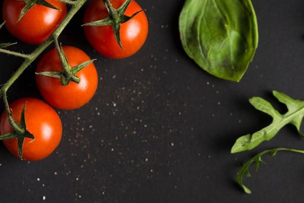 Pomodorini e basilico Foto Gratuite