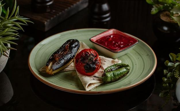 Pomodoro e peperone verdi della melanzana arrostiti con la salsa di peperoncino rosso. Foto Gratuite