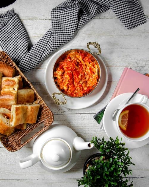 Pomodoro fritto con vista dall'alto di uova Foto Gratuite