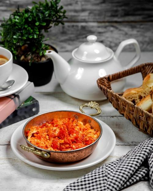 Pomodoro fritto e uova sul tavolo Foto Gratuite