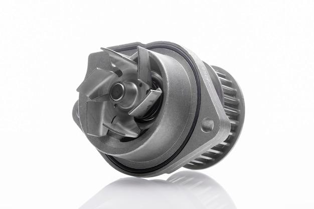 Pompa idraulica dell'automobile sulla parete bianca isolata Foto Premium