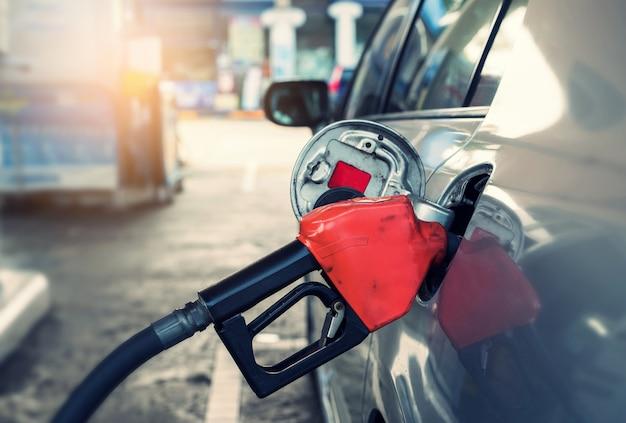 Pompaggio di benzina in auto alla stazione di benzina Foto Premium
