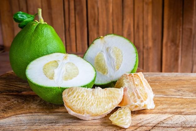 Pompelmo e pomelo frutta sul tavolo Foto Premium