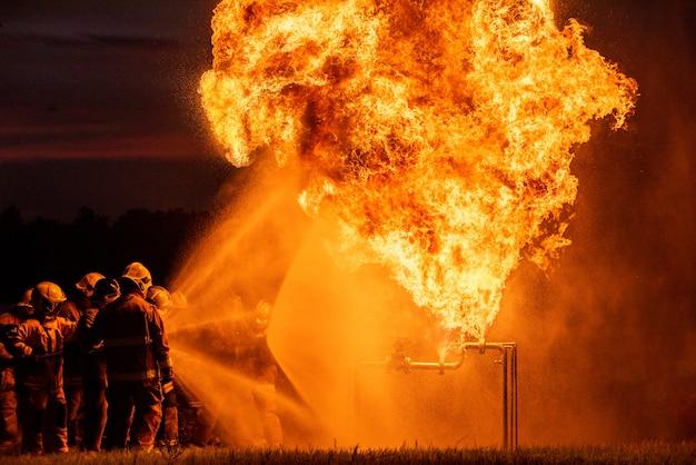 Pompieri e addestramento di salvataggio. Foto Premium