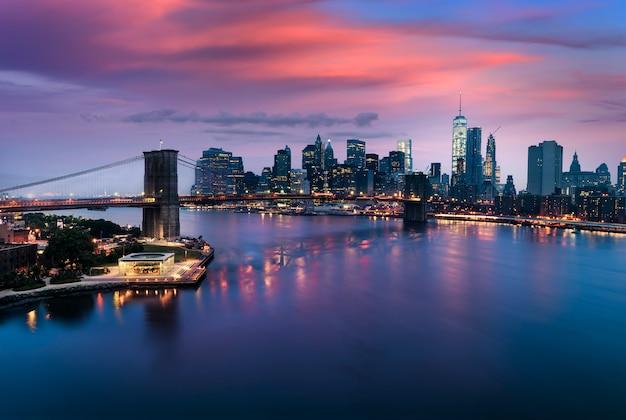 Ponte di brooklyn al crepuscolo, new york city Foto Premium