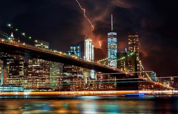 Ponte di brooklyn e cielo e lampo drammatici Foto Premium