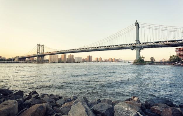 Ponte di manhattan al tramonto Foto Premium